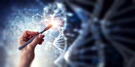 Ärztin Hand mit Skalpell auf digitalem DNA-Hintergrund. Gemischte Medien