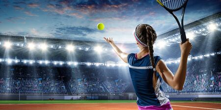 Junge Frau in Uniform, die Tennis in Aktion spielt. Gemischte Medien
