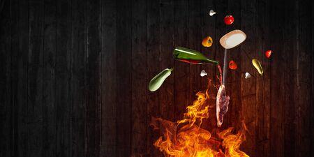 Ingrédients alimentaires volant autour du feu Banque d'images