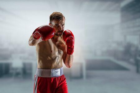 Puñetazo de joven boxeador profesional Foto de archivo