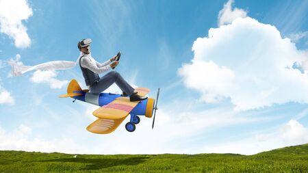 Ein Mann, der glücklich mit einem Spielzeugfahrzeug unterwegs ist