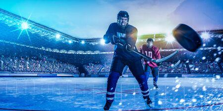 Joueurs de hockey sur glace en action Banque d'images