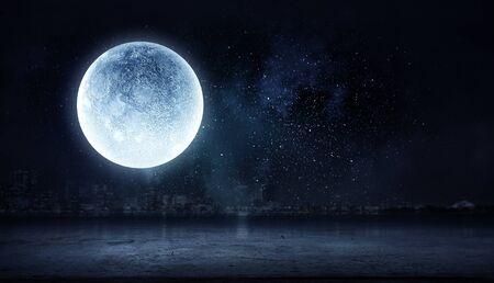 Pleine lune au-dessus de la ville de nuit noire Banque d'images