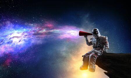 Hombre vestido con traje de astronauta en el espacio. Técnica mixta