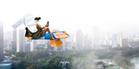 Frau im Retro- Flugzeug. Gemischte Medien