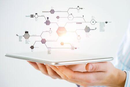 Main d'homme d'affaires montrant un tablet pc comme concept de connectivité. rendu 3D Banque d'images