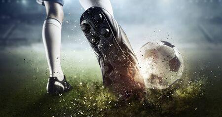 Pie del jugador de fútbol pateando la pelota. Técnica mixta