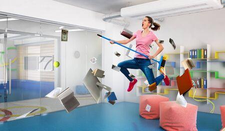 Frau, die lustige Reinigung tut Gemischte Medien