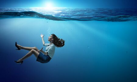 Imprenditrice sotto il mare con l'espressione. Tecnica mista