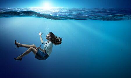Zakenvrouw onder zee met expressie. Gemengde media