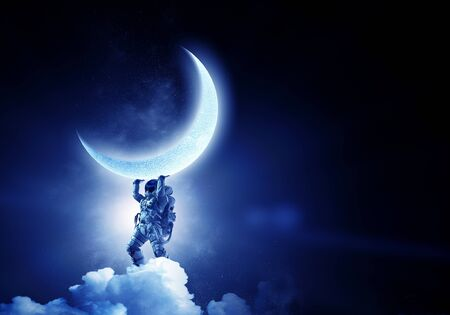 Astronaut, der den Planeten über den Kopf hebt.