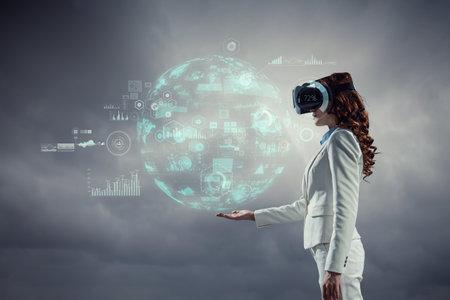 Woman wearing virtual reality goggles Imagens