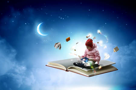 Little girl reading a book Banque d'images