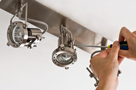 光のインスタレーション - 電気技師の手のクローズ アップ