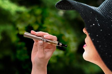 야외에서 전자 담배와 패션 여자