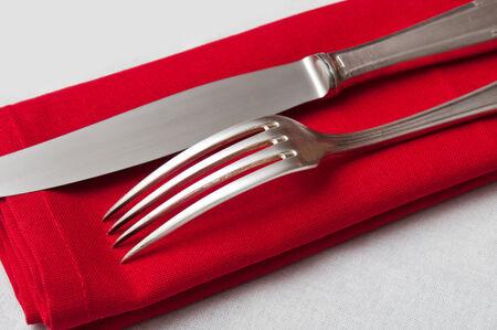 silverware: Cubiertos de cerca en la servilleta de color rojo