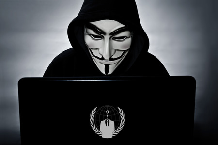 파리 - 프랑스 - 2015 년 1 월 25 일 - 익명의 회원이 컴퓨터를 보복하는 마스크 hacktivist 그룹의 상징 Anonymus 에디토리얼