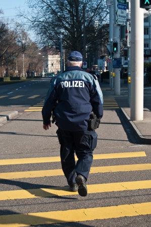바젤 - 스위스 - 2015 년 2 월 11 일 - 거리의 경찰관