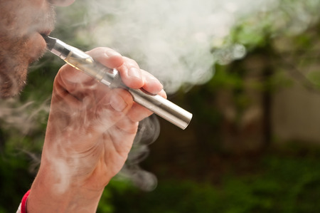 man met e-sigaret in openlucht Stockfoto