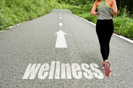 zdraví: koncepce ilustrující s běžící dívka na cestě k wellness a dobré zdraví