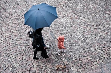 lluvia paraguas: mujeres con paraguas bajo la lluvia Foto de archivo