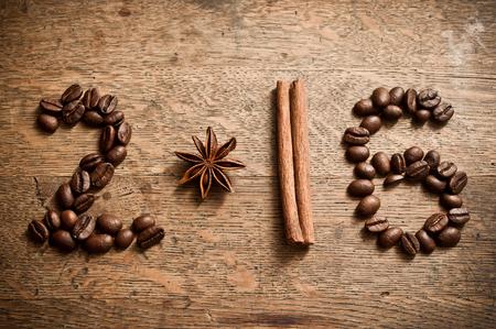 frijol: Tarjeta de a�o nuevo Feliz 2016 con granos de caf�, an�s y canela sobre fondo de madera
