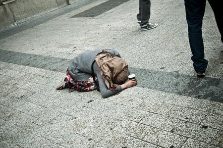 mujer rodillas: pobre mujer arrodillada en la calle de París Foto de archivo