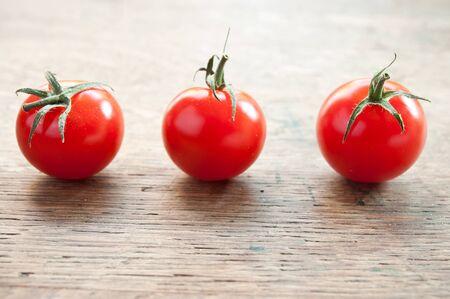 cereza: tomates cherry sobre fondo de madera