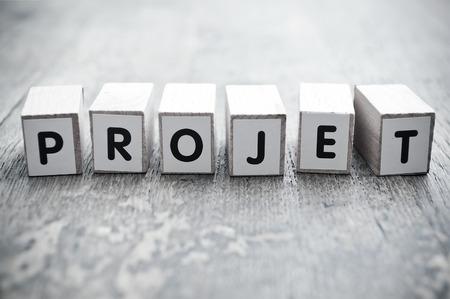 Concept woord vormen met kubus op houten bureau achtergrond - Projet project in het Frans Stockfoto - 50885432