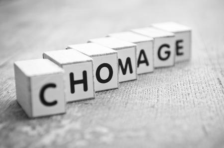 Chomage 실업, 프랑스어 - 나무 책상 배경에 큐브 형성 개념 단어