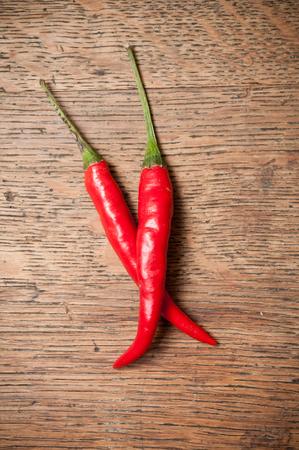 chiles picantes: chiles rojos sobre fondo de madera