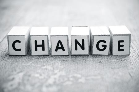 Het concept woord vormen met kubus op houten bureau achtergrond - Change Stockfoto