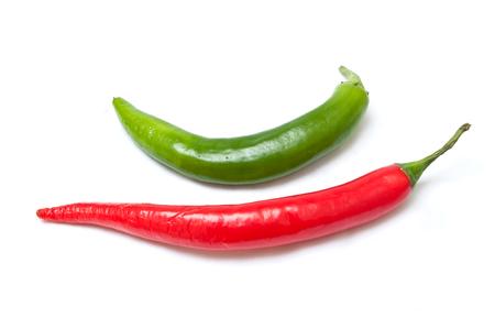 roten und grünen Pfefferschoten auf weißem Hintergrund