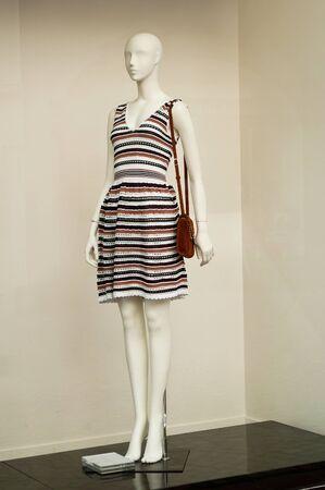mannequin: mannequin avec une robe dans un showroom de mode pour les femmes
