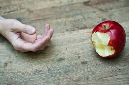 나무 테이블에 빨간 사과 유혹 개념