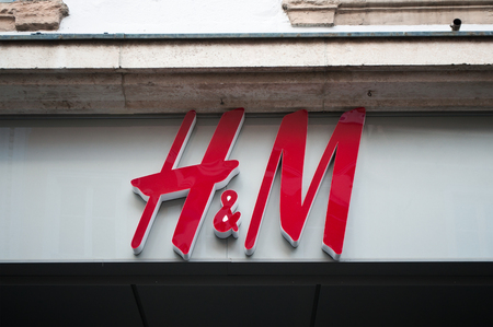 hm: MULHOUSE - France 15 May 2016 - retail of the logo of the brand H and Msignage