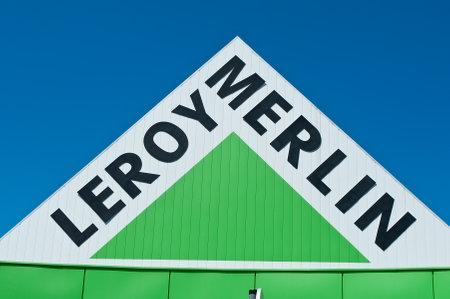 """mago merlin: Mulhouse - Francia - 17 de julio de 2016 - venta al por menor del logo """"Leroy Merlin"""" se�alizaci�n de la cadena franc�s de materiales de construcci�n y decoraci�n"""