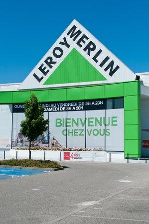 """mago merlin: Mulhouse - Francia - 17 de julio de 2016 - entrada de la tienda de """"Leroy Merlin"""" señalización - la cadena francés de materiales de construcción y decoración Editorial"""