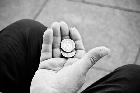 hombre pobre: primer plano de las monedas de euros en la mano del hombre pobre Foto de archivo