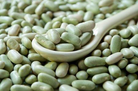 legumbres secas: closeup of dried beans  in a spoon texture Foto de archivo
