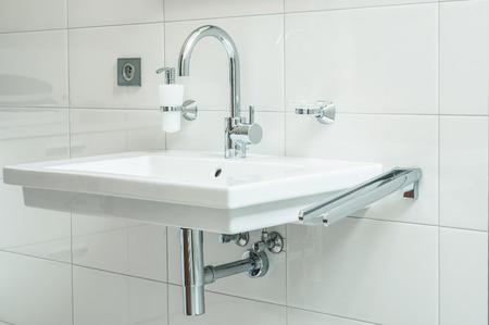 gros plan de sanitaire avec avec robinet de chrome et blanc lavabo Banque d'images