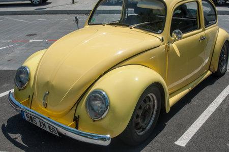 MULHOUSE - Frankrijk - 18 juni 2017 - oude Volkswagen gele kever geparkeerd in de straat