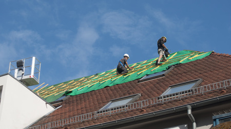 Werknemers Repareer een dak na een brand