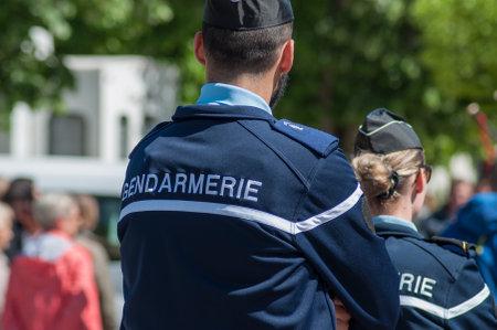 Brisach - Francia - 1 de mayo de 2018 - patrulla de la gendarmería francesa en fiesta de lirio de los valles en la calle