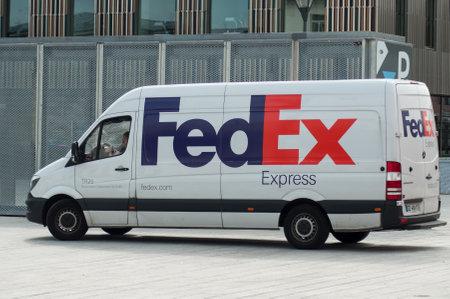 Mulhouse - Francia - 31 maggio 2018 - Fedex consegna camion parcheggiato in strada vicino alla stazione ferroviaria