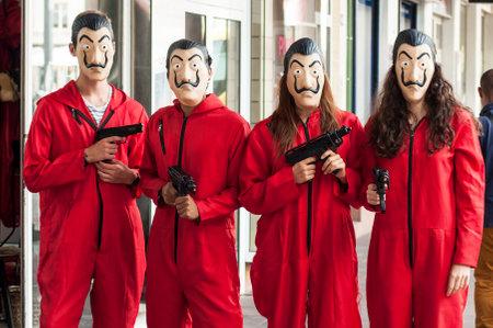 """Mulhouse - Francia - 17 de agosto de 2018: grupo de fans de la serie de tv """"La casa de papel (casa de papel) en Netflix de pie en la calle con traje y máscara de Salvador Dalí y pistolas falsas"""