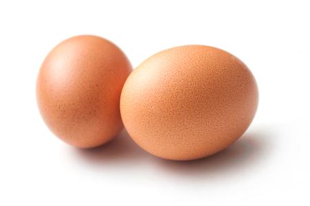 close-up van twee biologische eieren op een witte achtergrond Stockfoto