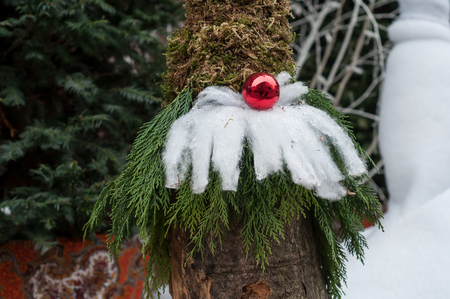 closeup of Leprechaun with fir branches and red ball in the street Banque d'images - 112666344