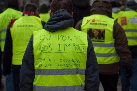 Mulhouse - Francia - 29 de diciembre de 2018 - personas que protestaban en la calle contra los impuestos y el aumento de los precios del combustible Editorial