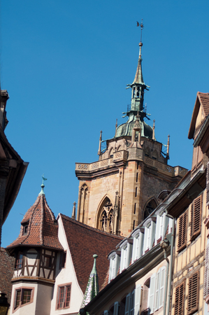Church in Colmar (collegiale Saint-Martin) behind building facades Standard-Bild
